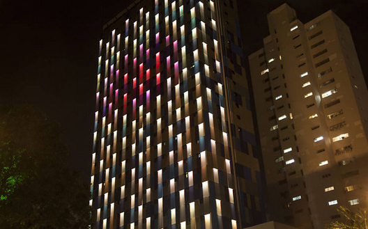 In São Paulo, a building reacts to city stimuli (light, air pollution and sound), changing color according to the interaction