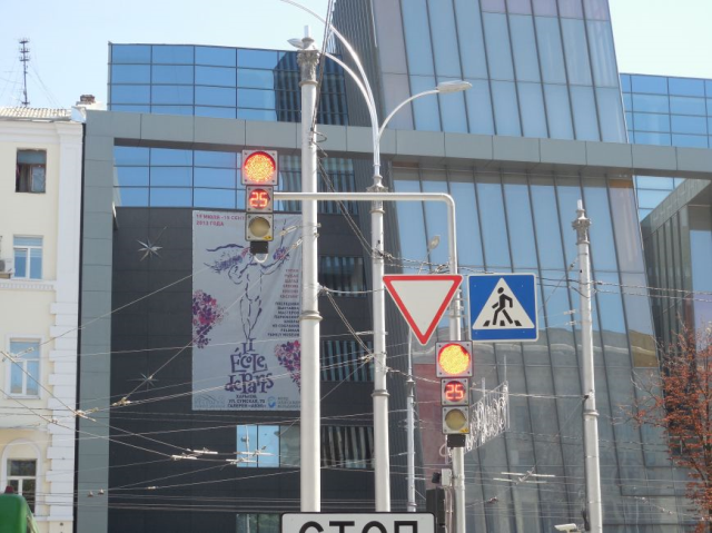 Intelligent traffic light in Kharkov (Ukraine) not only shows the countdown, but also plays classical music.