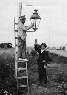 "street lighting<br/>http://upload.wikime<wbr/><span class=""wbr""></span>dia.org/wikipedia/co<wbr/><span class=""wbr""></span>mmons/thumb/8/86/Bue<wbr/><span class=""wbr""></span>nos_Aires_-_%C3%9Alt<wbr/><span class=""wbr""></span>imo_farol_a_keros%C3<wbr/><span class=""wbr""></span>%A9n.jpg/22"