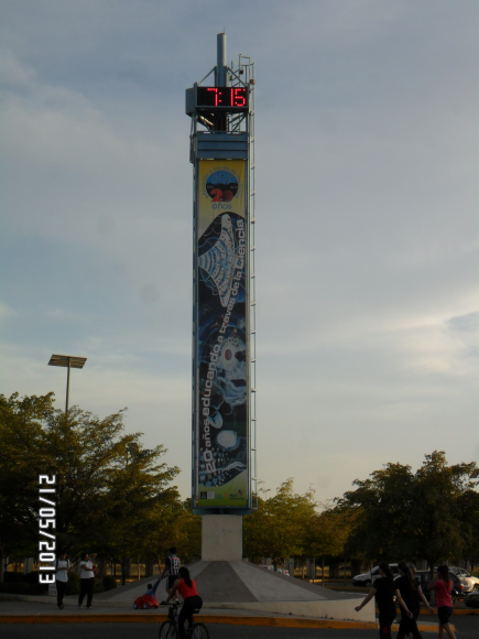 The giant thermometer in Science Park Culiacan, it takes the temperature and the real time.
